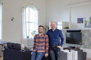 Emil Mann och Fredrik Nylén i den gamla kyrksalen som nu är omgjord till ett jättelikt vardagsrum.