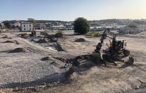 Redan i somras påbörjades arbetet på Kattvikskajen. I en första etapp har en pendlarparkering anlagts.