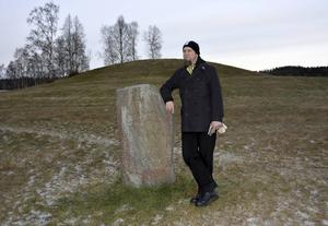Maths Bertell i ett lokalt sammanhang som ligger honom varmt om hjärtat: runstenen vid Högom i Granlo.
