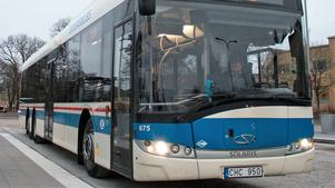 Bussarna mellan Sala och Västerås drabbas av förseningar och de som ska stiga på eller av längs vägen kan få problem under asfalteringsarbetet. Arkivbild.