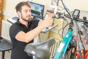 Ecorides bromsar testas. Testingenjör Simon Schönstein undersöker så att allt är korrekt uppsatt. Bild: Stefan Ernst.