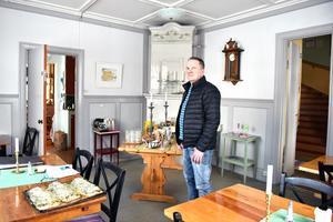 Mycket har renoverats och gjorts om de senaste fyra åren. Här står Lennart i matsalen.
