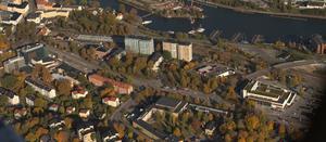 På en flygbild över Nyköpingsvägen syns stationsområdet och ytorna för förtätning bra i det som ska bli södra stadskärnan.Foto. Södertälje kommun