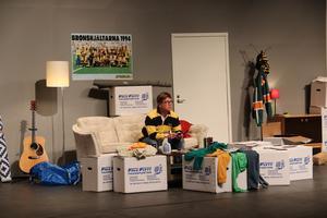 Huvudkaraktären Jerry som helst av allt vill vara ifred i sin nya lägenhet med sitt tv-spel.  Bild: Frida Trygg Stöffling