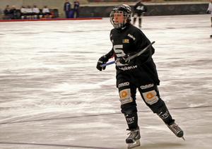 Emma Ahlander lämnar tillbaka både liberoplatsen och lagkaptensbindeln till Emma Forsberg mot AIK. Arkivbild: Erik Illerhag