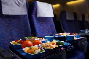 Flygbolagen tar extrabetalt för allt från mat till bagage.