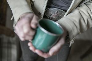 Kaffemuggen i emaljerad plåt har varit med dagligen i tio års tid.