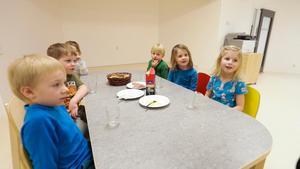 De första barnen som flyttat in på Fjällbackens förskola i Undersåker. Helmer, Halvar, Adele, Olle, Majken och Tella var överens om att de trivs bra i de nya lokalerna.