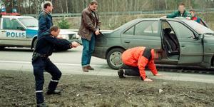 Här grips bankrånaren efter att ha kapat en bil. Även