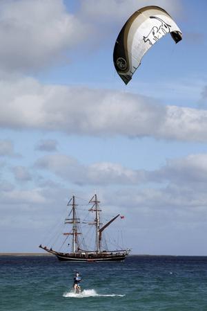 Kitesurfare på havet utanför charterdestinationen Santa Maria.