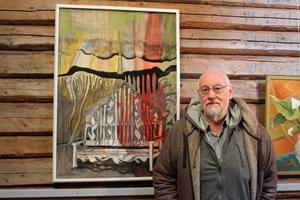 Kenneth Engblom bredvid sin målning