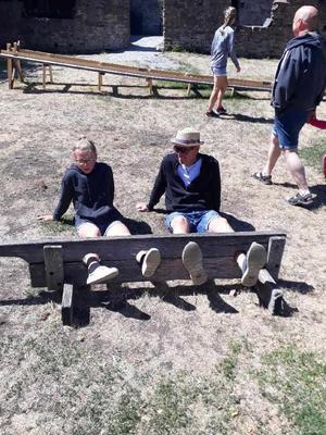 Dedde har definitivt barnasinnet kvar, här testar han och dottern att sitta i skampåle.