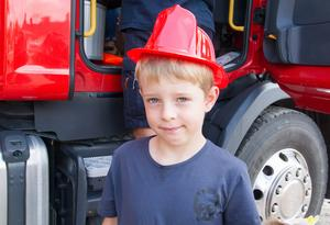 """Max och flera andra barn fick en hjälm i plast av räddningstjänsten. Men trots att Max fick testa en del av de riktiga utrustningen, så var han bestämde om sitt kommande yrke. """"Jag vill bli polis"""", sa Max."""