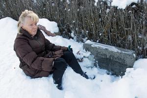 Sirkka Granestad sitter vid sin pappa Antti Rokkas grav.