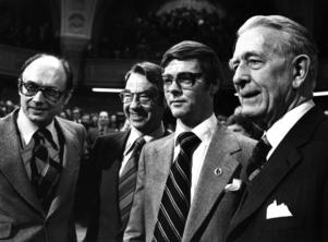Fyra partiledare för Liberalerna, då Folkpartiet, på samma bild 1978: Ola Ullsten (3:e fr. v.), Per Ahlmark (t. v.) Gunnar Helén (2:a fr. v.) och Bertil Ohlin (t. h.). Foto: Bertil Ericson / SCANPIX.