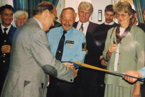 Landshövding Ulf Adelsohn med invigningsklippet. Foto: Max Möllerfält