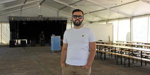 Under veckan har serveringstältet på Stortorget byggts upp. Nellys ägare Jwan Mustafa ser fram emot årets Kungsörsdagar.