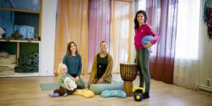 """Marie Ljungsten med dottern Lycke Lo, Mariama Camara och Patricia Ponte de Jesus äger och driver Järna dans- och yogastudio sedan två år tillbaka. """"Vi skulle behöva lägga mer på marknadsföring, men vår tid räcker inte till"""", säger Marie Ljungsten."""