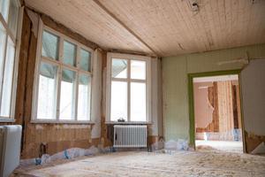Vardagsrummet före. Burspråket var en av anledningarna till att de köpte huset.