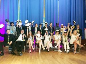 Ett glatt studentgäng från John Norlandergymnasiet fotograferades i Folkets hus i Kumla.