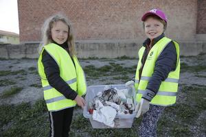 Tvillingarna Liv Nordblad Herou och Julia Nordblad Herou och deras klasskompisar fick snabbt ihop en hel del skräp på Vasaskolans område.
