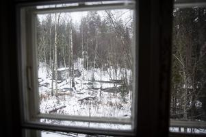 Utanför sovrumsfönstret rinner forsen i Sittån ned mot sjön Gesunden.