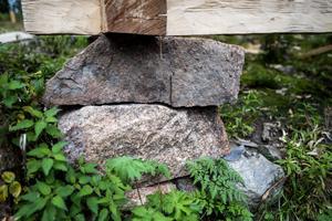 Stenarna till grunden har hämtats i närheten av stugan. Stenarna från tidigare byggnader får ligga kvar orörda.