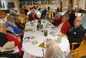 38 pensionärer plus personal bjöds på en trerättersmiddag på Skedvigården häromkvällen.