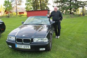 Joakim  Björk med sin dröm, en BMW E36.