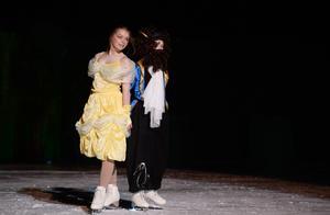 Natalie Elfström och Martina Åhslund som Skönheten och Odjuret.