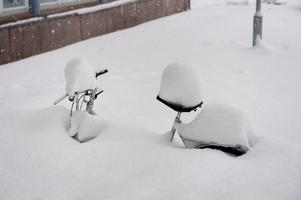 Oanvänd cykel väntar på våren.