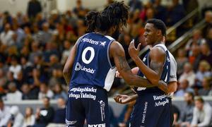 """Jeremy Combs och Cleveland """"CJ"""" Jackson kunde fira Köping Stars tredje vinst i öppningen av basketligan."""