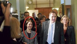 Emma Lennartsson (S) (inringad) förstod att hon var olämplig som statssekreterare till Stefan Löfven (S). Nu är hon tydligen lämplig som statssekreterare till Magdalena Andersson (S). Foto: Leif R Jansson