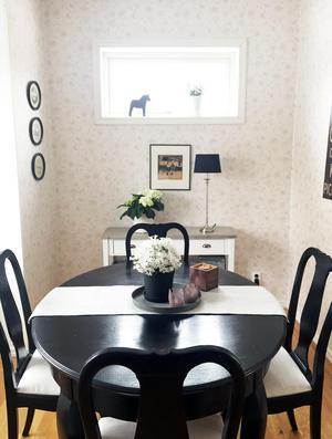 Bordet är inhandlat på second hand. Anna-Karin har målat det svart.