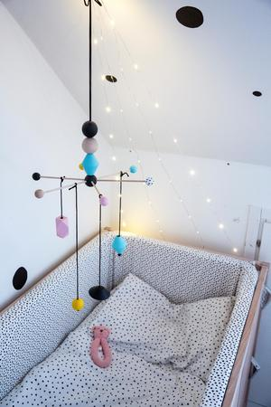 Lillebror Max har inget rum än men en egen fint fixad vrå i mammas och pappas sovrum. Emilia har gjort mobilen själv.
