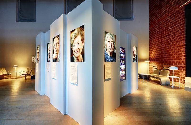 Några av de överlevande som kom till Sverige presenteras på skärmar på Historiska museet i Stockholm. Pressbild. Foto: Erik Lernestål