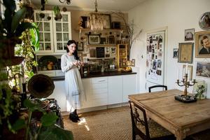 Trots ett myller av saker är känslan i Mimmis lägenhet lugn och harmonisk.