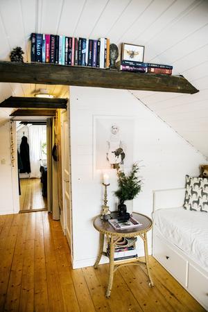 På övervåningen finns ett gästrum, badrum och ett sovrum. De gamla bjälkarna är både praktiska och snygga.