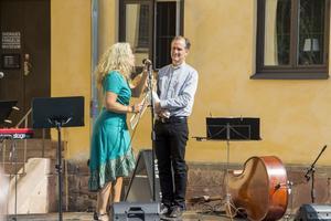 Ann-Helen Persson läser Sven Hillerts nominering för årets Pride-ambassadör.