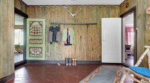Även i hallen märks de unika måleridetaljerna på dörr och taklister.  Foto: Fastighetsbyrån
