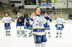 Martin Karlsson drar i gång Leksands tillresta supportrar efter den bragdartade vändningen i Oskarshamn. Foto: Bildbyrån