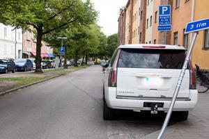 Förutom bilarnas plåtskador och repor körde husbilsföraren även på flera skyltar längs vägen.