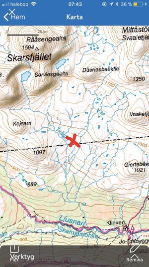 Det var vid Tvärån, nedanför Skarsfjället i Funäsdalen som Labbas i tisdags försvann. Det röda krysset på kartan markerar tältplatsen, varifrån han försvann. Bild: Privat/ Carolina Isén-Malmquist.