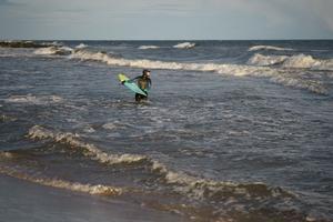 Under sina resor har Linda-Maria kombinerat skrivandet med sitt intresse för vågsurfing. Foto: Sebastian Grönkvist
