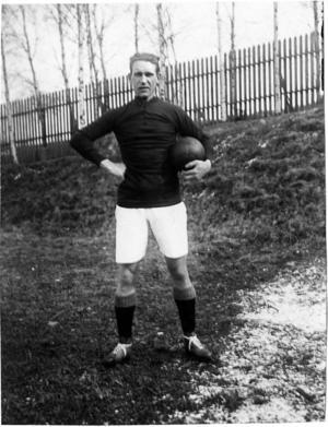 Kalle Köping, Karl Gustafsson, gjorde bland annat Sveriges första landslagsmål någonsin i fotboll. Den här bilden av honom styr hur statyn kommer att utformas.