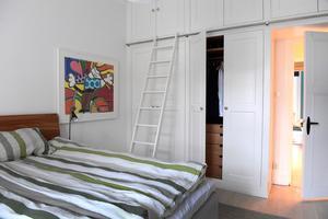 I sovrummet stod det lösa garderober. I stället platsbyggdes en hel garderobsvägg som maximerade förvaringen och skapade en mer genomtänkt inredning.Foto: Janerik Henriksson / TT
