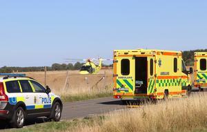 Polis och räddningstjänst på plats. Mannen fördes till sjukhus i ambulanshelikopter. Enligt de första uppgifterna ska han ha brutit fötterna.