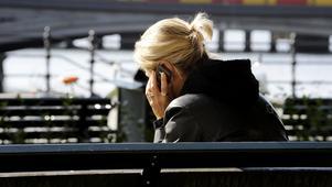 Telefonsamtal utanför Rosenbad i Stockholm, kanske en visselblåsare? Regeringen vill på olika sätt begränsa rätten att vara anonym, vilket kan skada källskyddet. Foto: Bertil Ericson/SCANPIX