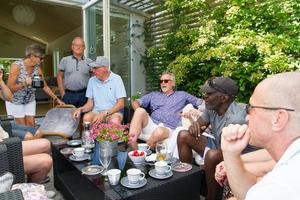 Ett kärt återseende när Bob Osberry får träffa några av sina gamla lagkamrater.
