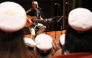 Musikläraren Fredrik Gunnarsson uppträdde.